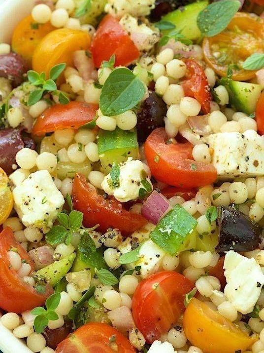 Salade de couscous 3 couleurs et poulet, tomates séchées, pignons de pin, quinoa, basilic